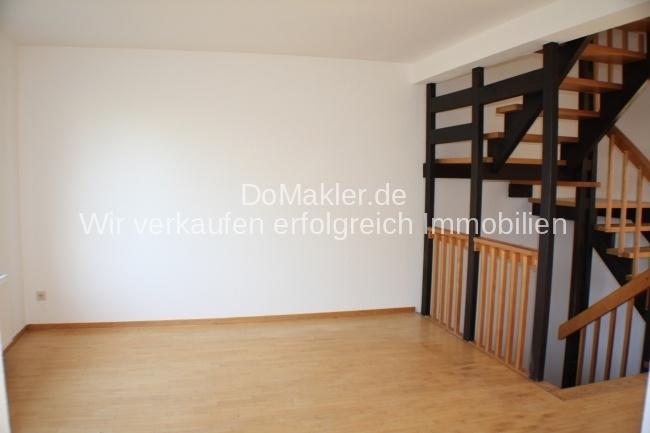 Blick vom Essbereich in das Wohnzimmer - auf die Holztreppe!